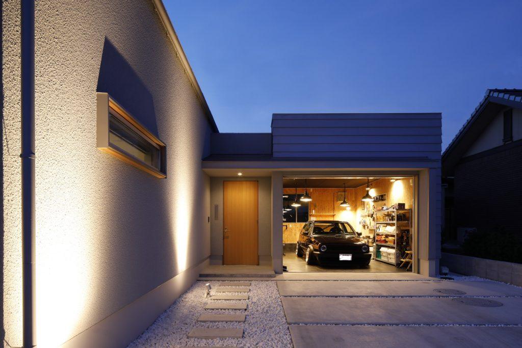 男前ガレージのある平屋のコートハウスで開放感のある暮らし